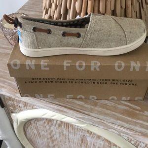 BNWT Tom's youth size 13.5 burlap shoe